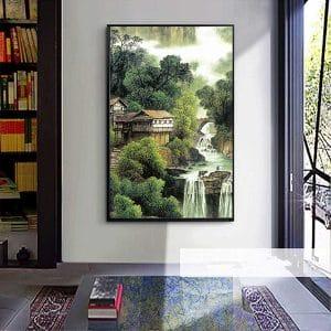 tranh dọc phù hợp với bức tường phòng khách nhỏ