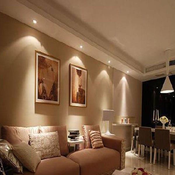 sử dụng đèn rọi tranh phòng khách
