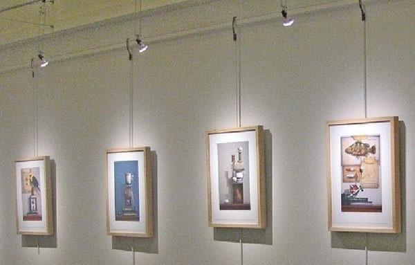 đèn rọi tranh màu trắng cho bức tranh hiện đại