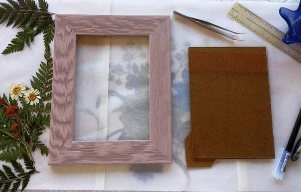 Loại bỏ mặt kính của khung tranh chỉ sử dụng phần viền và hậu